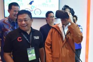 Presiden Jokowi mencoba produk yang ditampilkan dalam IdeaFest 2018, di JCC, Jakarta, Jumat (26/10) pagi. (OJI/Humas)