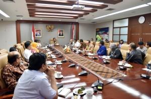 Seskab saat memimpin rapat di ruang rapat Seskab Gedung III Kemensetneg, Kamis (18/10) siang.