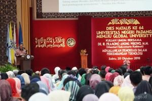 Seskab Pramono Anung menyampaikan pidato pada Dies Natalis Ke-64 Universitas Negeri Padang, di Auditorium Universitas Negeri Padang, Sumatra Barat, Sabtu (20/10) siang. (Foto: Dindha M/Humas)