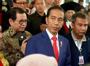 Presiden Jokowi menjawab wartawan usai menyampaikan orasi ilmiah di Universitas Sumatera Utara, Medan, Senin (8/10) siang. (Foto: Rahmat/Humas)