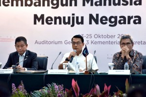 Minister of Energy and Mineral Resources Ignasius Jonan (left, black suit) during the press conference at the Building III of the Ministry of State Secretariat, Jakarta, Wednesday (24/10). (Photo by: Oji/Public Relations).