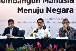 Menteri ESDM Ignasius Jonan duduk disampaikan KSP Moeldoko sebelum menyampaikan paparan dalam konperensi pers 4 Tahun Pemerintahan Jokowi-JK, di Aula Gedung III Kemensetneg, Jakarta, Rabu (24/10) siang. (Foto: OJI/Humas)