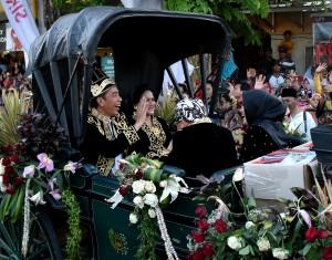 Presiden Jokowi didampingi Ibu Negara Iriana menghadiri pembukaan Festival Keraton dan Masyarakat Adat ASEAN (2018, di Alun-alun Kabupaten Sumenep, Jawa Timur, Minggu (28/10) sore. (Foto: RAHMAT/Humas)