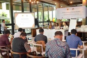 Staf Ahli Seskab Thanon Aria Dewangga didampingi Ketua Harian IGA Ria Musiawan menyampakan konperensi pers, di Hotel Morrisey, Jakarta, Senin (22/10) pagi. (Foto: JAY/Humas)