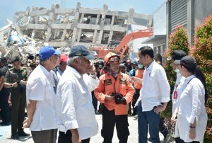 President Jokowi inspects evacuation process in Roa-Roa Hotel, Palu City, Wednesday (3/10) (Photo: Press and Media Bureau of Presidential Secretariat)