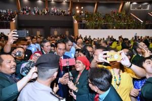 Presiden Jokowi melayani permintaan selfi dari peserta Muktamar IDI XXX, di Samarinda, Kaltim, Kamis (25/10) sore. (Foto: BPMI Setpres)