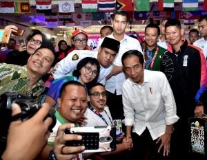 Presiden Jokowi berfoto bersama para atlet saat meninjau pertandingan Asian Para Games, Rabu (10/10). (Foto: BPMI)