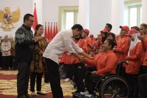Presiden Jokowi menyalami atlet Indonesia peraih medali Asian Para Games 2018, di Istana Kepresidenan Bogor, Jawa Barat, Sabtu (13/10). (Foto: Humas/Oji)