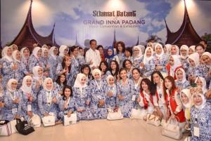 Presiden Jokowi didampingi Ibu Negara Iriana berfoto bersama peserta Rakernas IWAPI, di Hotel Grand Inna, Padang, Sumatra Barat, Senin (8/10) sore. (Foto: Agung/Humas)