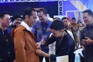 Presiden Jokowi mencoba produk salah satu peserta IdeaFest 2018, di JCC, Jakarta, Jumat (26/10) pagi. (Foto: OJI/Humas)