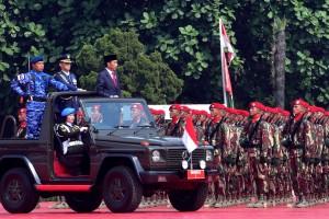 Presiden Jokowi menginspeksi pasukan dalam upacara HUT ke-73 TNI, di Mabes TNI Cilangkap, Jakarta, Jumat (5/10) pagi. (Foto: OJI/Humas)