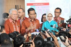 Presiden Jokowi menjawab wartawan usai membuka Trade Expo Indonesia (TEI) ke-33 Tahun 2018, di Hall Nusantara ICE, BSD, Tangsel, Banten, Rabu (24/10) pagi. (Foto: JAY/Humas)