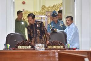 Presiden Jokowi didampingi Wapres Jusuf Kalla menjelang Rapat Terbatas mengenai Penanganan Dampak Gempa dan Tsunami di Palu dan Donggala, di Kantor Presiden, Jakarta, Selasa (2/10) siang. (Foto: JAY/Humas)