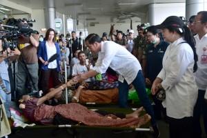 Presiden Jokowi menyalami pasien yang sedang dirawat di Rumah Sakit darurat, di Bandara Mutiara Palu, Sulteng, Rabu (3/10) siang. (Foto: BPMI Setpres)