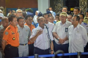 Kepala KNKT Soerjanto Tjahjono, dalam keterangan pers di Posko Crisis Center, Terminal I Bandara Soetta, Tangerang, Banten, Senin (29/10) malam. (Foto: AGUNG/Humas)