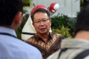 Kepala BNPB Willem Rampangilei menjawab wartawan usai mengikuti sidang kabinet paripurna, di Istana Negara, Jakarta, Selasa (16/10) sore. (Foto: Rahmat/Humas)