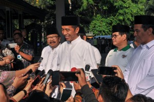 Presiden Jokowi didampingi Seskab dan Gubernur Jatim menjawab wartawan usai melepas Jalan Sehat Santri Sahabat Rakyat, di Sidoarjo, Jatim, Minggu (28/10) pagi. (Foto: JAY/Humas)