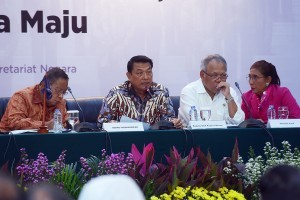 Presidential Chief of Staff Moeldoko accompanied by a number of ministers during the press conference at the Building III of the Ministry of State Secretariat, Jakarta, Tuesday (23/10). (Photo by: Agung/Public Relations).