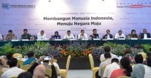 Menko Polhukam Wiranto bersama para menteri di jajaran Polhukam dalam Konperensi Pers 4  Tahun Pemerintahan Jokowi-JK, di aula Gedung III Kemensetneg, Jakarta, Kamis (25/10) siang. (Foto: Deny S/Humas)