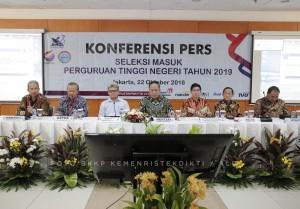 Menristekdikti M. Nasir menyampaikan keterangan pers terkait penerimaan mahasiswa baru PTN 2019, di kantor Kemenristekdikti, Jakarta, Senin (22/10) siang. (Foto: Humas Kemenristekdikti)
