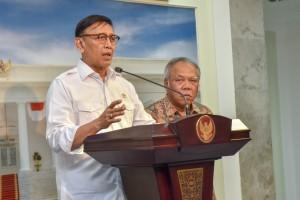 Menko Polhukam Wiranto didampingi Menteri PUPR menyampaikan keterangan pers usai rapat terbatas, di kantor Presiden, Jakarta, Selasa (2/10) siang. (Foto: JAY/Humas)