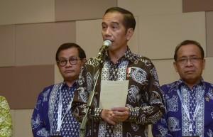 Presiden Jokowi didampingi Mensesneg dan Seskab menyampaikan pernyataan pers terkait jatuhnya pesawat Lion Air JT610, di BNDCC, Bali, Senin (29/10) siang. (Foto: OJI/Humas)