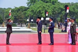 President Jokowi accompanied by the TNI Commander attends the ceremony of the 73rd TNI anniversary at TNI Headquarter, Cilangkap, Jakarta, Friday (5/10). (Photo: Oji/PR)
