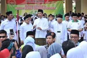 Presiden Jokowi melepas Jalan Sehat Santri Sahabat Rakyat, di Sidoarjo, Jatim, Minggu (28/10) pagi. (Foto: JAY/Humas)