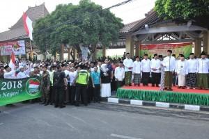 President Jokowi raises the flag to send off the santri fun walk in Sidoarjo, East Java province, Sunday (28/10. (Photo by: Jay/Public Relations)