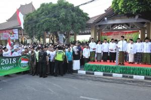 Presiden Jokowi mengangkat bendera start untuk melepas peserta Jalan Sehat Santri Sahabat Rakyat, di Sidoarjo, Jatim, Minggu (28/10) pagi. (Foto: JAY/Humas)