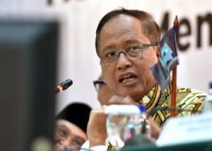 Menritekdikti M. Nasir menjawab wartawan usai menghadiri konperensi pers 4 Tahun Pemerintahan Jokowi-JK, di Aula Gedung III Kemensetneg, Jakarta, Selasa (23/10) sore. (Foto: Rahmat/Humas)