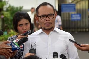 Menaker Hanif Dhakiri menjawa wartawan soal kenaikan UMP 2019, di Istana Negara, Jakarta, Selasa (16/10) sore. (Foto: Rahmat/Humas)