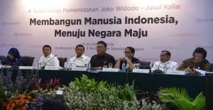 Mendagri Tjahjo Kumolo bersama sejumlah menteri menyampaikan paparan dalam Konperensi Pers 4 Tahun Pemerintahan Jokowi-JK, di aula Gedung III Kemensetneg, Jakarta, Kamis (25/10) siang. (Foto: Deny S/Humas)