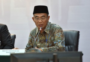 Mendikbud Muhadjir Effendy saat memberikan paparan pada konperensi pers 4 Tahun Pemerintahan Jokowi-JK, di Aula Gedung III Kemensetneg, Jakarta, Selasa (23/10) sore. (Foto: Humas/Rahmat)