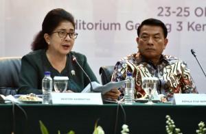 Menkes Nila F. Moeloek didampingi oleh KSP Moeldoko menyampaikan keterangan pers 4 Tahun Pemerintahan Jokowi-JK, di Aula Gedung III Kemensetneg, Jakarta, Selasa (23/10) sore. (Foto: Rahmah/Humas)