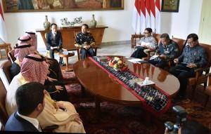 Presiden Jokowi didampingi sejumlah menteri menerima kunjungan Menlu Arab Saudi Adel bin Ahmed Al-Jubeir, di Istana Kepresidenan Bogor, Jawa Barat, Senin (20/10) siang. (Foto: Rahmat/Humas)