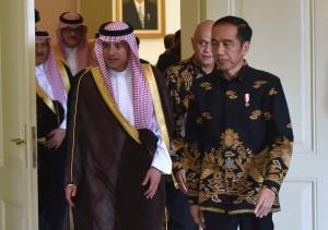 Presiden Jokowi menerima kunjungan kehormatan Menlu Arab Saudi Adel bin Ahmed Al-Jubeir, di Istana Kepresidenan Bogor, Jawa Barat, Senin (20/10) siang. (Foto: Rahmat/Humas)