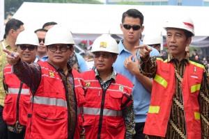 Presiden Jokowi dan Seskabb Pramono Anung menunjuk sesuatu saat membukaPameran Konstruksi Indonesia 2018 dan Indonesia Infrastructure Week 2018, serta Percepatan Sertifikasi Tenaga Kerja Konstruksi, di JI Expo Kemayoran, Jakarta, Rabu (31/10) siang. (Foto: OJI/Humas)