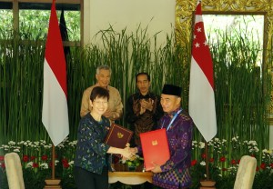 Presiden Jokowi dan PM Singapura Lee Hsien Loong menyaksikan penandatanganan kerjasama RI-Singapura, di Laguna Resort, Nusa Dua, Bali, Kamis (11/10) siang. (Foto: Anggun/Humas)
