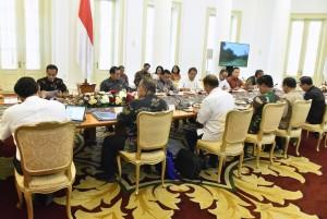 Presiden Jokowi memimpin Rapat Terbatas mengenai Persiapan Our Ocean Conference 2018, di Istana Kepresidenan Bogor, Jawa Barat, Senin (22/10) pagi. (Foto: Rahmat/Humas)