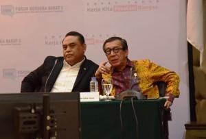 Menteri PANRB Syafruddin bersama Menteri Hukum dan HAM Yasonna H. Laoly dalam Konperensi Pers 4 Tahun Pemerintahan Jokowi-JK, di aula Gedung III Kemensetneg, Jakarta, Kamis (25/10) siang. (Foto: Deny S/Humas)