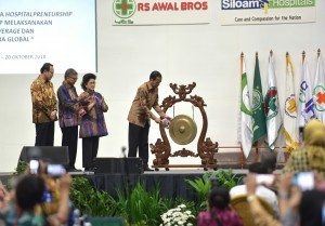 President Jokowi hit the gong to open the 14th National Congress of Indonesian Hospital Union, at JCC, Jakarta, Wednesday (17/10) (Photo: Deny S/PR)