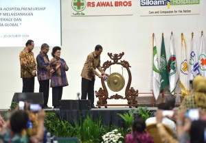 Presiden Jokowi memukul gong tanda pembukaan Kongres XIV PERSI, di JCC, Jakarta, Rabu (17/10) pagi. (Foto: Deny S/Humas)