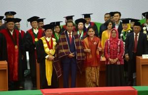 Presiden Jokowi didampingi Ibu Negara IrianaJoko Widodo berfoto bersama pimpinan Universitas Sumatera Utara, di Medan, Sumut, Senin (8/10) pagi. (Foto: Rahmat/Humas)