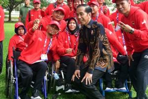 Presiden Jokowi berselfi dengan sejumlah atlet Indonesia yang akan berlaga di Asian Para Games 2018, di halaman Istana Merdekam Jakarta, Selasa (2/10) pagi. (Foto: Rahmat/Humas)