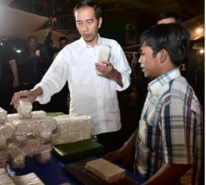 Presiden Jokowi berdialog dengan pedagang tempe saat busukan ke Pasar Bogor, Bogor, Jabar, Selasa (30/10) malam. Foto: Setpres)