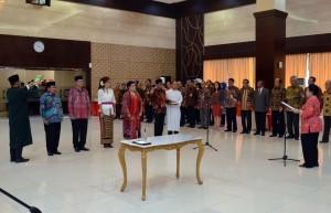 Ketua Dewan Pengarah BPIP Megawati Soekarnoputri melantik 5 Pejabat Pimpinan Tinggi Madya lembaga tersebut, di aula Gedung III Kemensetneg, Jakarta, Kamis (4/10) siang. (Foto: JAY/Humas)