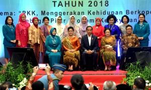Presiden Jokowi dan Ibu Negara Iriana berfoto bersama dengan pembina dan pengurus PKK, usai menghadiri Peringatan Hari Kesatuan Gerak (HKG) ke-46, di Hotel Mercure, Ancol, Jakarta, Selasa (2/10) petang. (Foto: Rahmat/Humas)