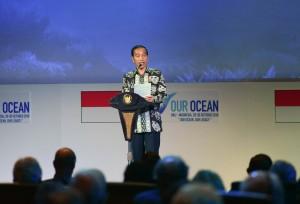 Presiden Jokowi membaca puisi saat pembukaan pembukaan Konferensi Kelautan Internasional Our Ocean Conference (OOC) 2018, di BNDCC, Kabupaten Badung, Bali, Senin (29/10) pagi. (Foto: OJI/Humas)