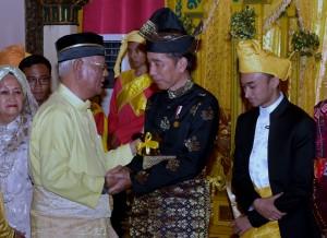 Presiden Jokowi saat menerima gelar adat dari Kesultanan Deli, di Istana Maimun, Medan pada hari Minggu (7/10). (Foto: Humas/Rahmat).